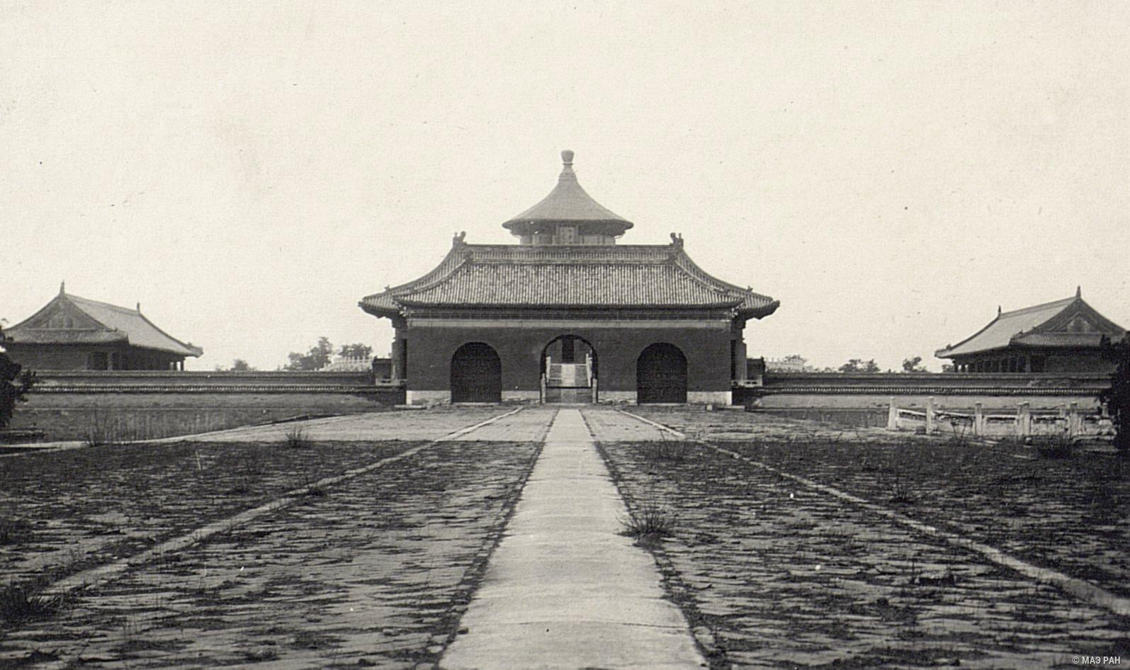 Священная дорога к Храму Неба. Вид через ворота Совершенного целомудрия