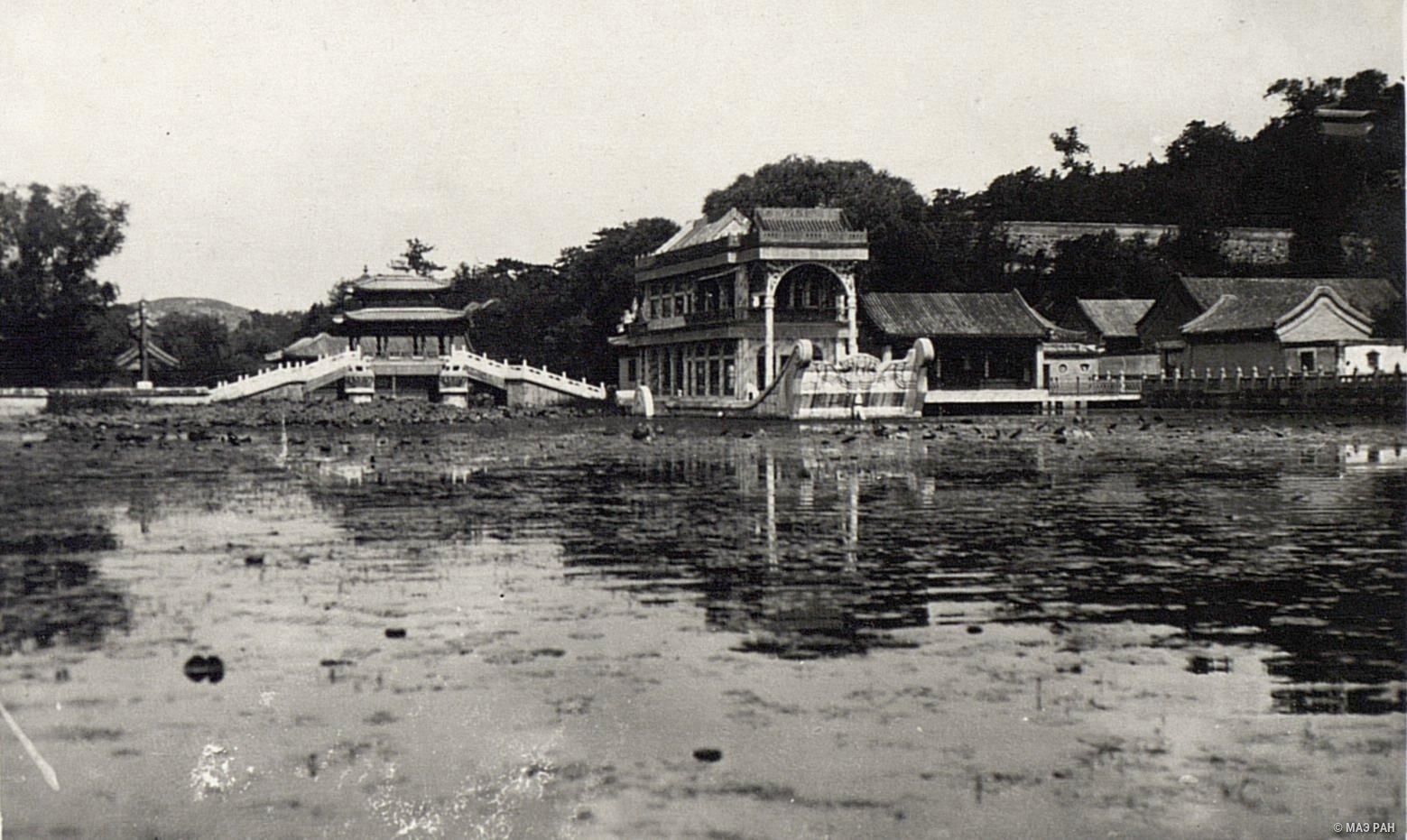 Мраморная ладья императрицы Цыси в летнем дворце в парке Ихэюань
