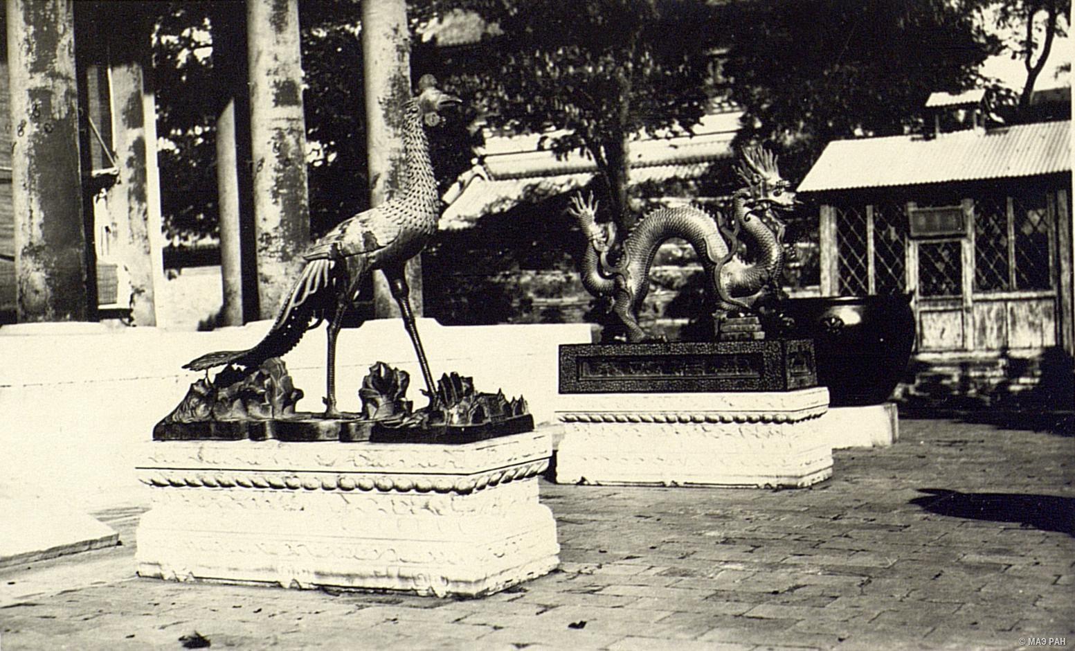 Летний дворец в парке Ихэюань. Статуи, изображающие феникса и дракона