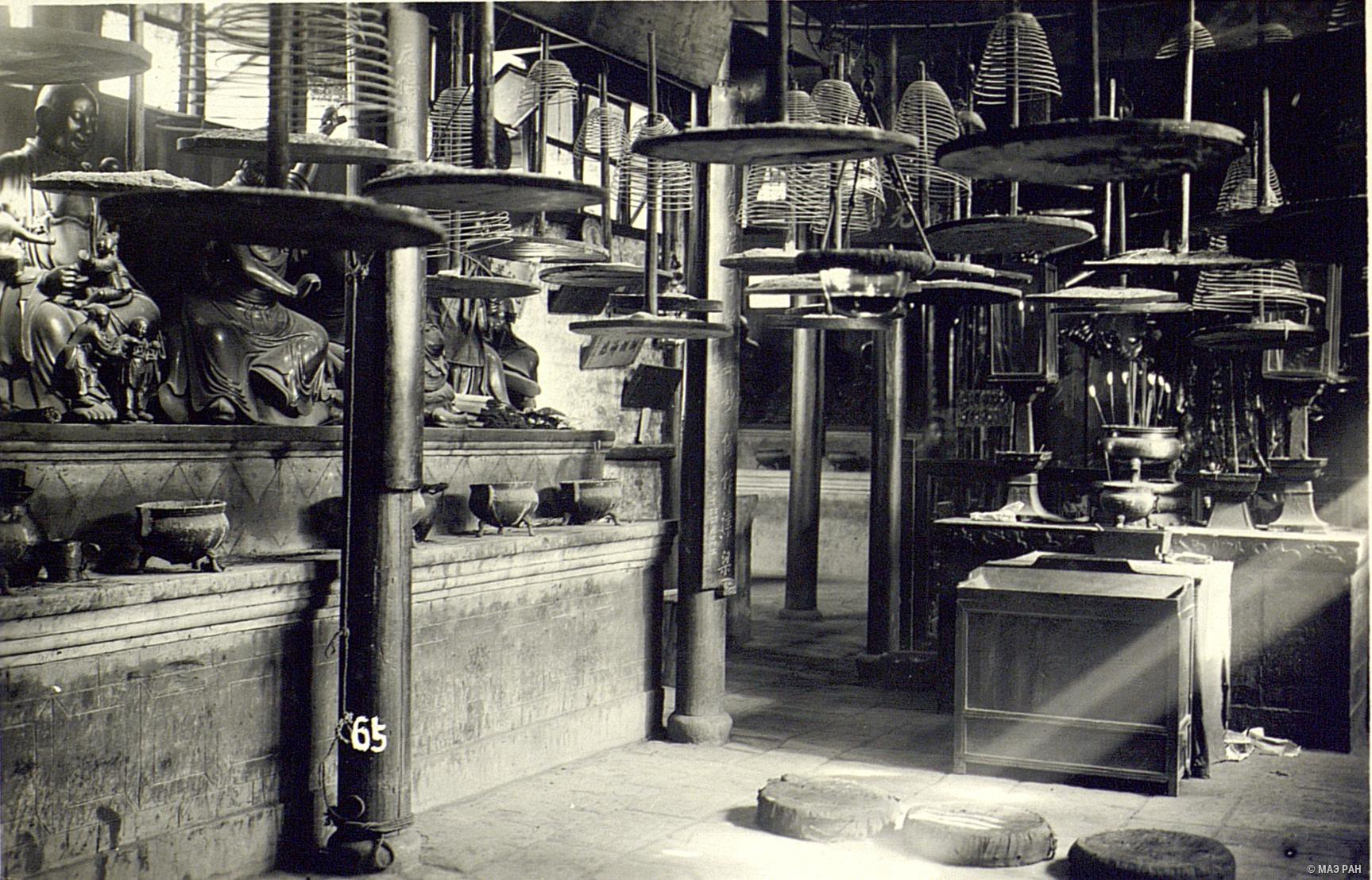 В храме 500 Будд. Спиральные курительные свечи, чаши для свечей и т.д.