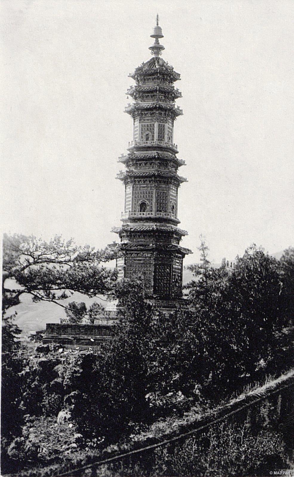 Башня в парке Юаньминюань (сады совершенной ясности) в летнем дворце