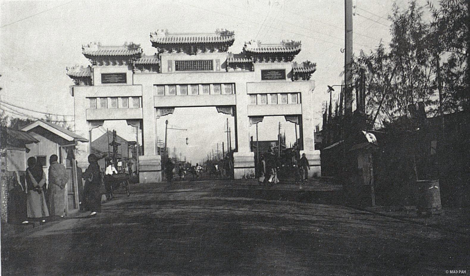 Арка, поставленная китайским правительством в месте убийства германского посла барона Клеменса фон Кеттелера