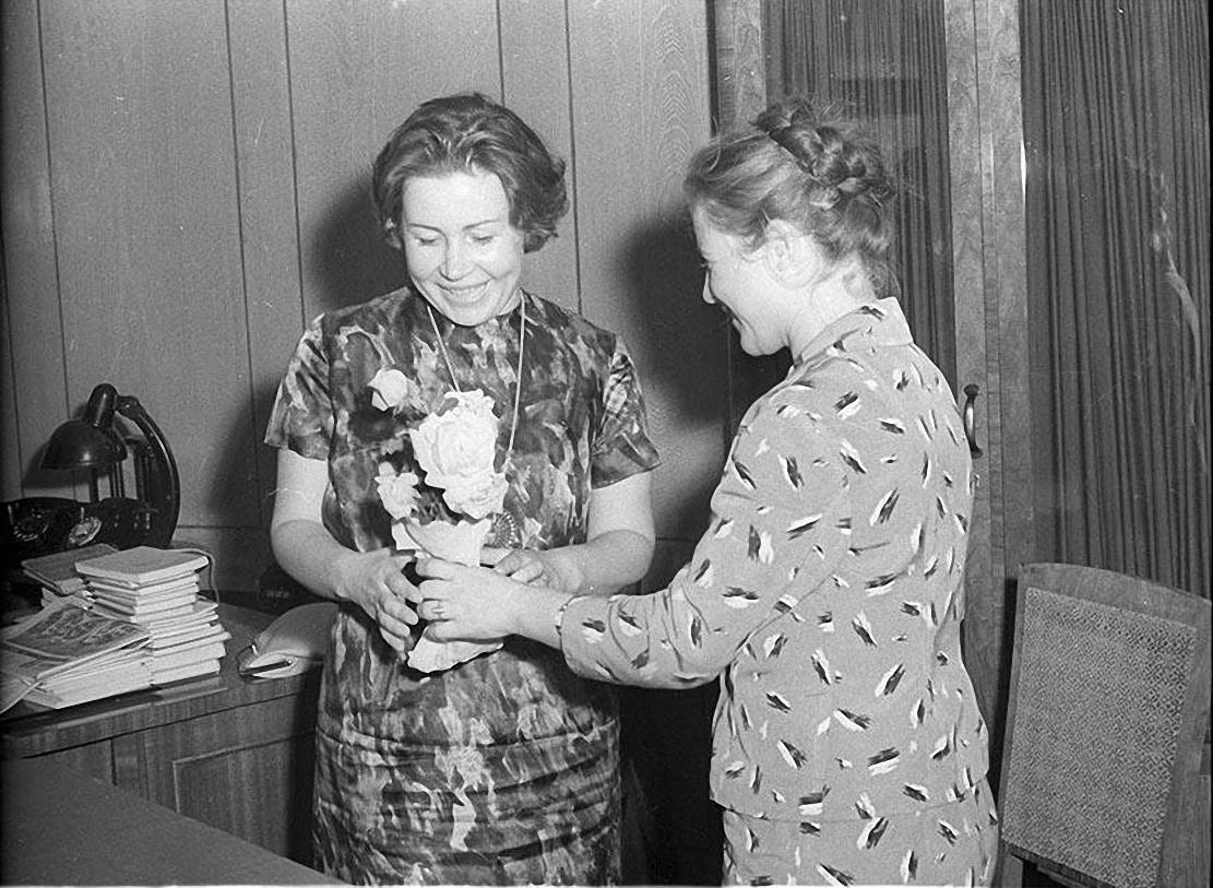 1964. Артистка Инна Макарова в гостях у военных. 31 августа