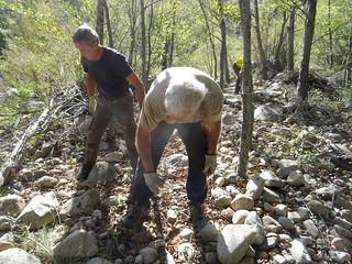 Enlèvement de cailloux sur le nouveau sentier RD du Cavu