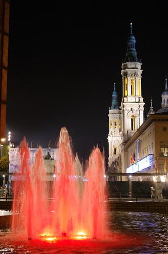 Fuente iluminada y vista del Pilar de Zaragoza