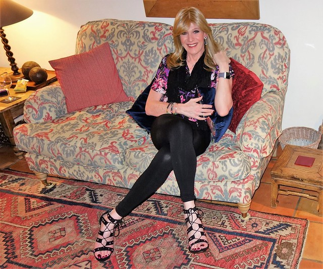 Spent this weekend in the quaint  beautiful historic Suffolk village of Lavenham with my Deb's.  Can be described in one word as... Perfect!!! Here is me ready to go for a lovely pub dinner on Fri eve..