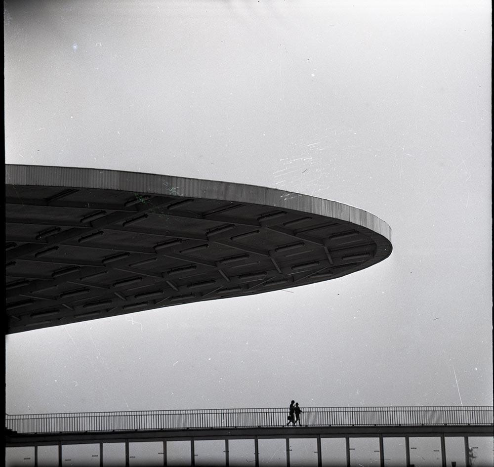 1964. Пристань (Шереметьево). Люди идут по переходу. Аэропорт Шереметьево