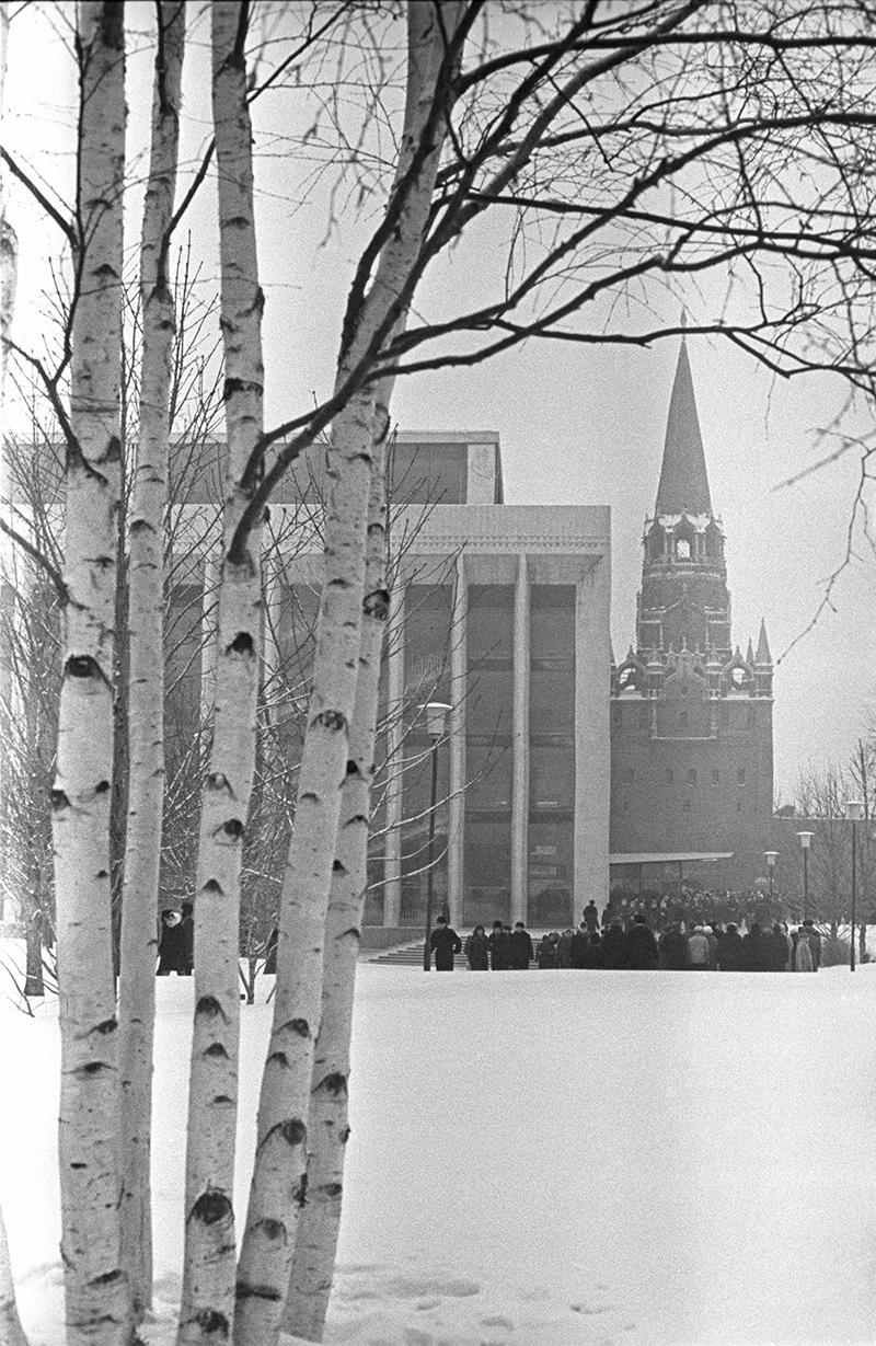 1965. Кремлевский Дворец съездов и Троицкая башня