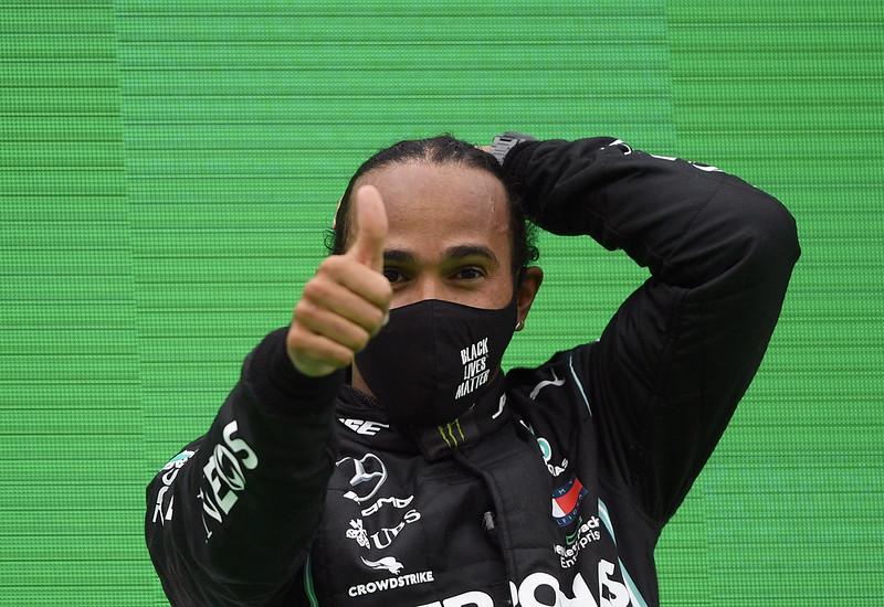 Lewis Hamilton破紀錄後於頒獎台上比讚。(達志影像)