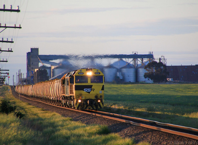 SSR102 RL304 and SSR101 catch the last rays of sunlight on KS4 with Marmalake GrainCorp in the background