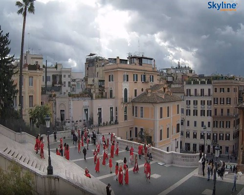 ROMA ARCHEOLOGICA & RESTAURO ARCHITETTURA 2020. Splendida panoramica su Piazza di Spagna. Ai piedi della Scalinata, la Fontana della Barcaccia opera del Bernini. Skyline webcams / Roma ora 13:00 (26/10/2020).
