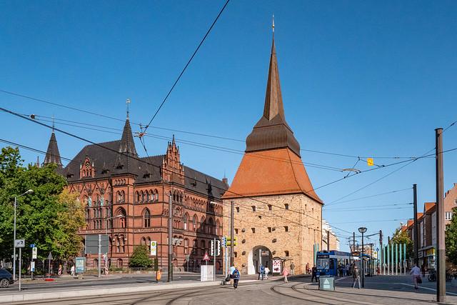 Rostock: Steintor, Feldseite, daneben das Ständehaus - Stone Gate with the Ständehaus next to it