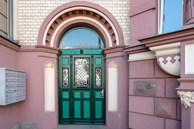 Rostock: Eingangstür des 1900 entworfenen Hauses Richard-Wagner-Straße 6 im Stil des Historismus - Front door of the house no. 6 Richard-Wagner-Straße designed 1900 in Historism style