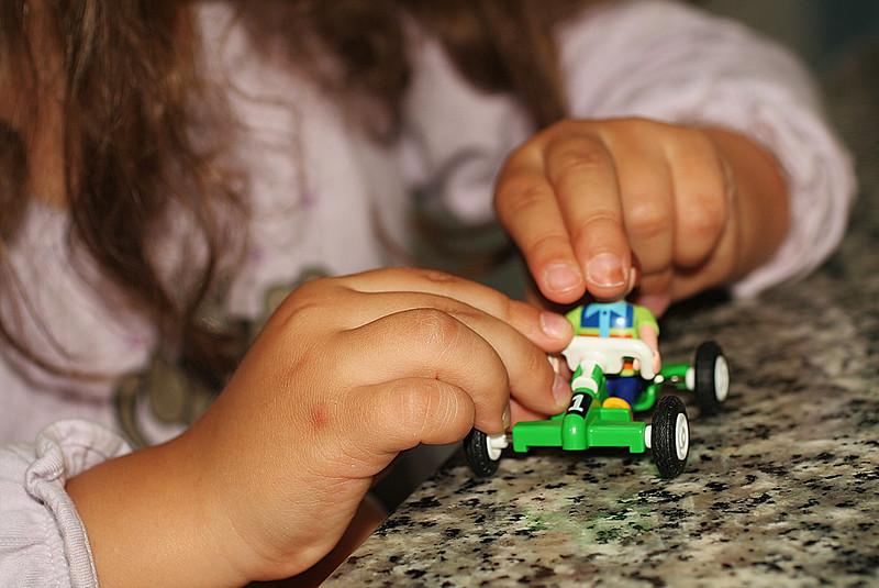 manos y juguete