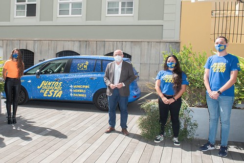 Olaia Morán (i) y Antonio Morales, junto a dos de los informadores, en la presentación de la furgoneta de la campaña que recorrerá la isla