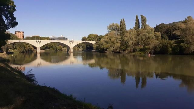 Parco del Valentino, lungo il Po, vista verso il ponte Balbis (ex ponte Vittorio Emanuele III). Torino, Italia.
