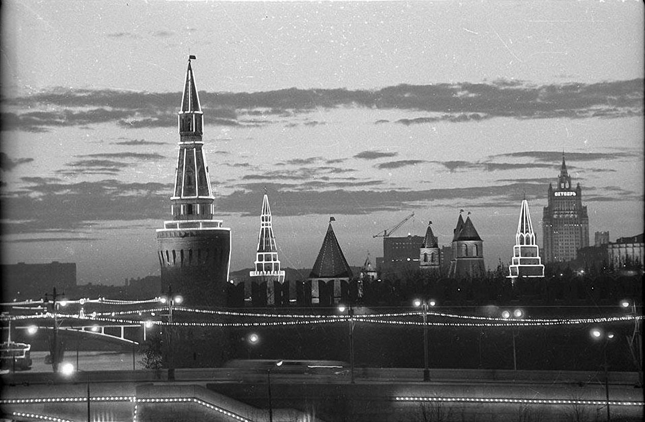 1967. Праздничная иллюминация Кремля к 50-летию Октябрьской революции. октябрь – ноябрь1