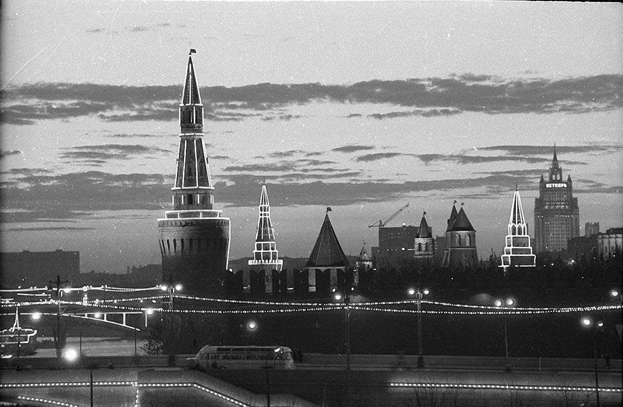 1967. Праздничная иллюминация Кремля к 50-летию Октябрьской революции. октябрь – ноябрь