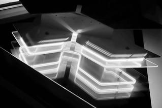 Spiegelung Neon – Dutch Angle Industrie Produkt Schwarz Weiß Kunst Fotografie