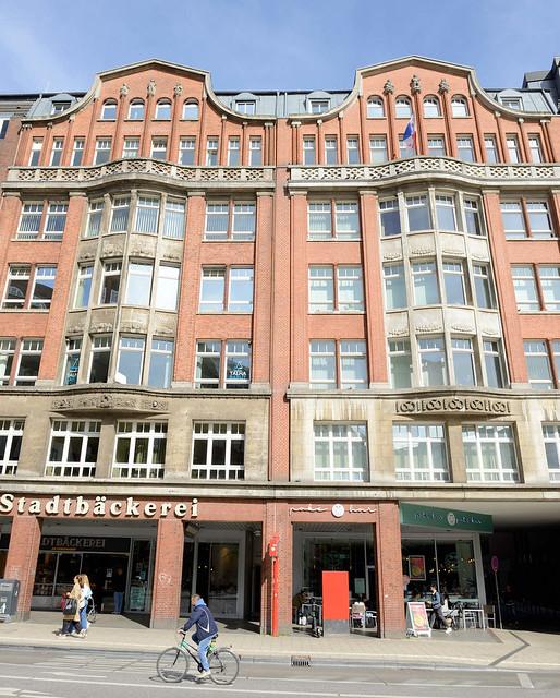 4311 Historische Architektur in der Hamburger Innenstadt, Stadtteil Neustadt. Kontorhaus, Geschäfte am Gänsemarkt; errichtet 1913, Architekt Theodor Speckbötel.