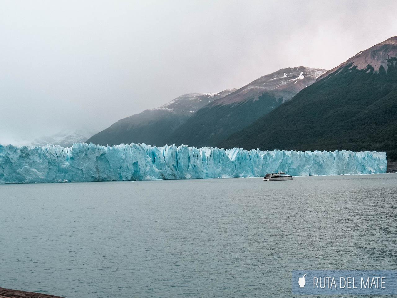 Un barco pequeño frente al glaciar