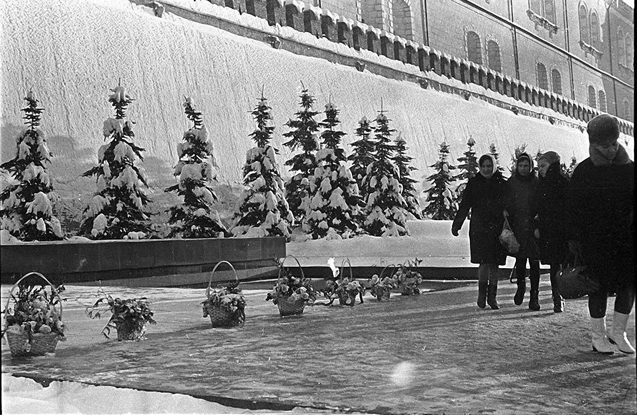 1967. У могилы Неизвестного солдата. Александровский сад1