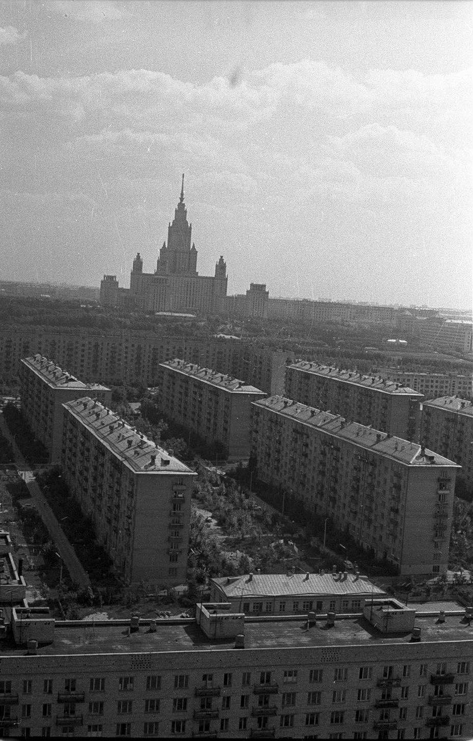 1967. Вид на высотное здание МГУ. Квартал между Мосфильмовской улицей и улицей Дружбы