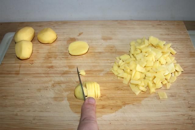 02 - Cut potatoes in small chunks / Kartoffeln in schmale Stücke schneiden