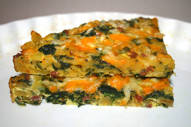 31 - Frittata with potatoes, spinach & bacon - Nahaufnahme / Frittata mit Kartoffeln, Spinat & Speck - CloseUp