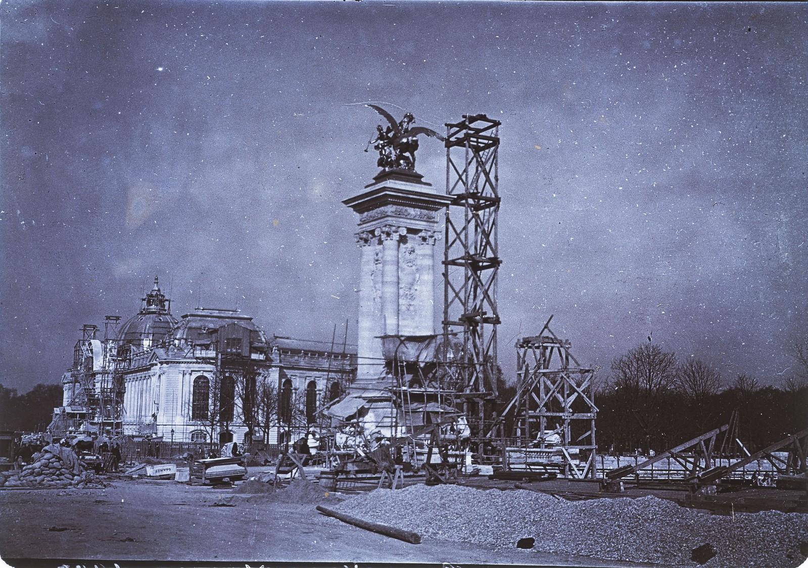 02. Строительные леса перед одной из колонн моста Александра III, а также перед Большим дворцом