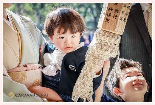 七五三のロケーションフォト 神社で鈴を鳴らす男の子