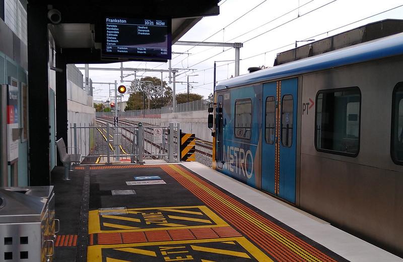 Mentone station platform, looking towards Frankston
