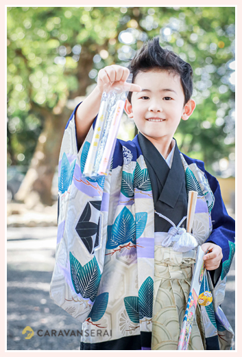 出張カメラマンが撮る七五三 千歳飴をうれしそうに見せる5才の男の子
