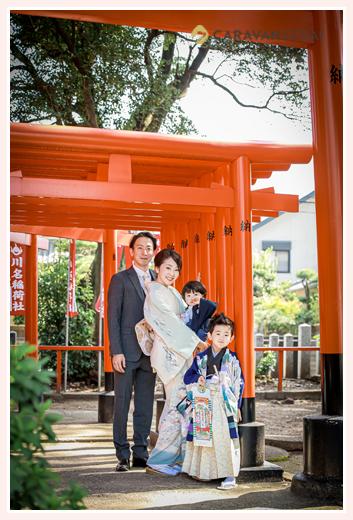 七五三のロケーションフォト 赤い鳥居で家族写真