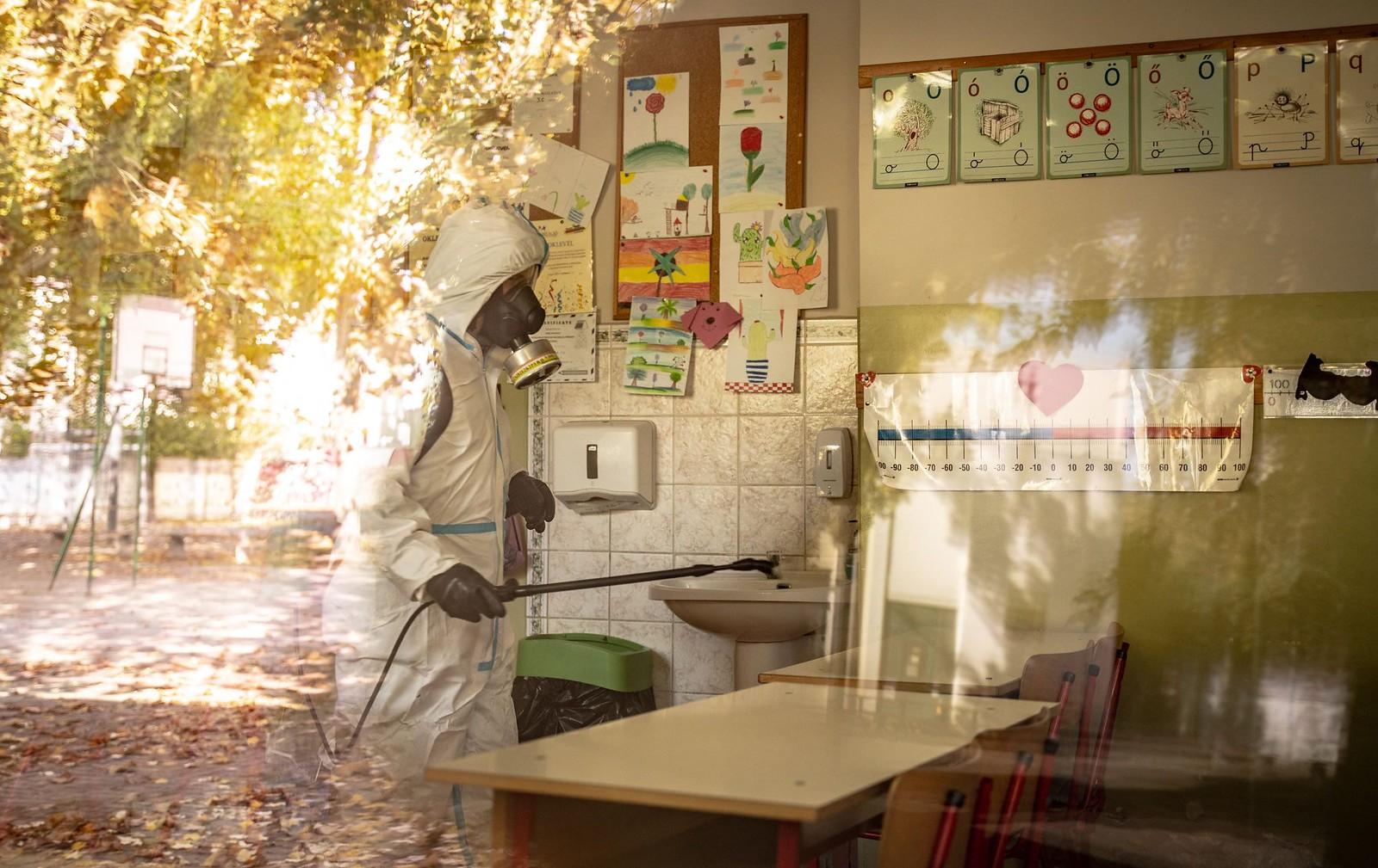 Vegyvédelmi ruhában fertőtlenítették a Madách iskolát