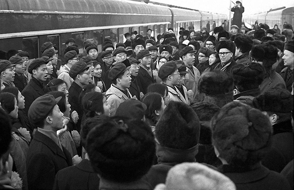 1967. Китайские студенты перед депортацией из СССР после событий на Красной площади, 25 января