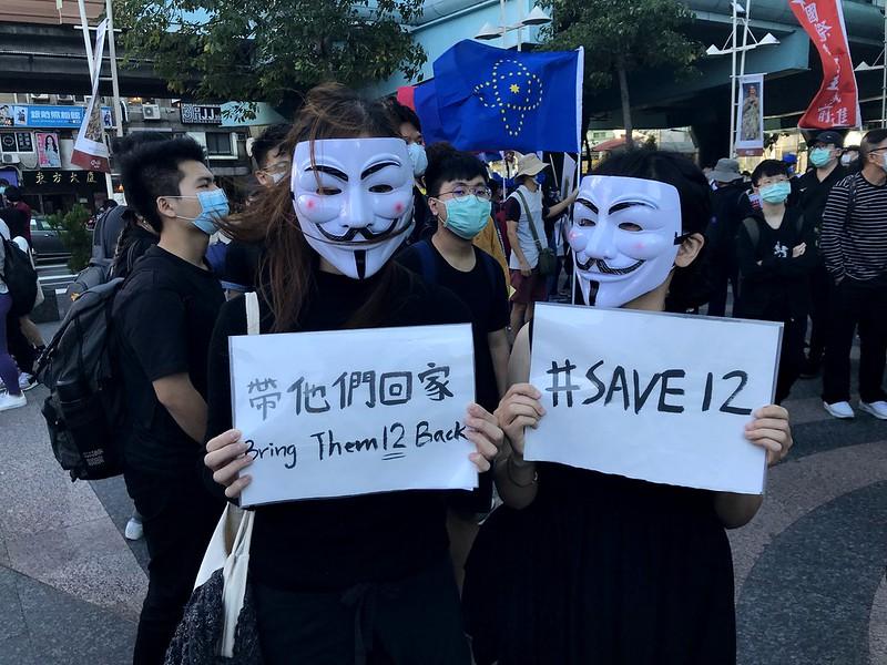 民眾自製標語牌參與遊行。圖/馮輝倫攝