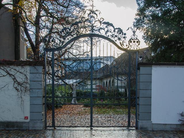 Beau portail en ferronnerie de l'arrière du musée des Antiquités / Schönes Eisenwerk-Portal von der Rückseite des Antikenmuseums