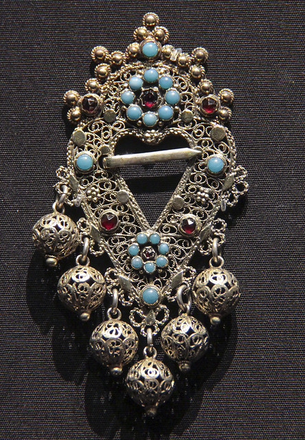 Brooch (Bruthart), Germany, about 1864, gilded silver filigree with turquoise glass and garnet glass, worn by women in the Altes Land near Hamburg