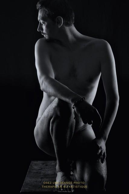 Une séance de nu artistique à visage découvert pour soigner l'aisance de cet homme avec son corps