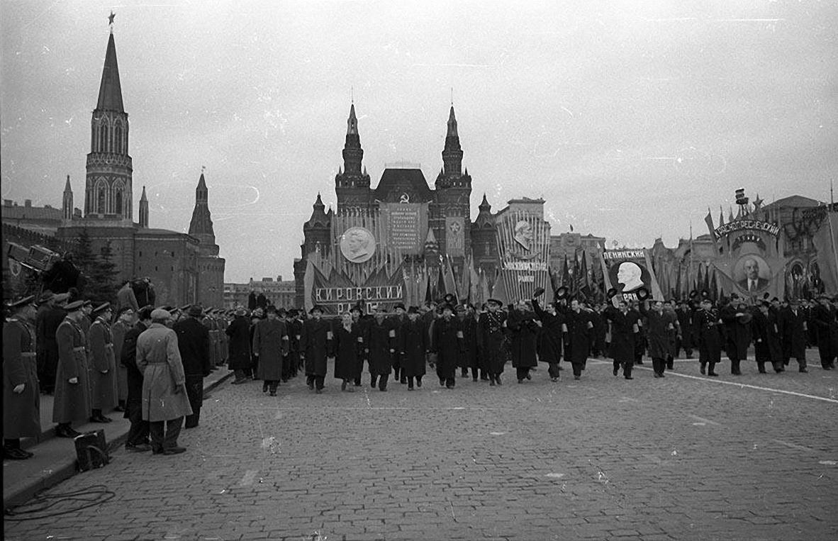 1968. Трудящиеся районов Москвы на демонстрация. Красная площадь. 7 ноября