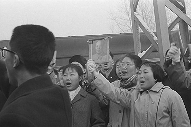 1967. Китайские студенты поют песни, в руках портрет и цитатники Мао Дзэдуна