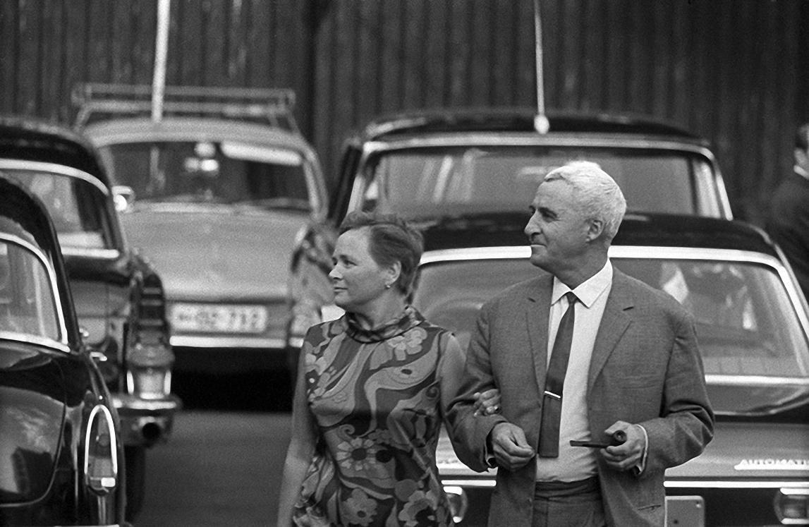 1960-е. Средь городского шума. Константин Симонов с женой
