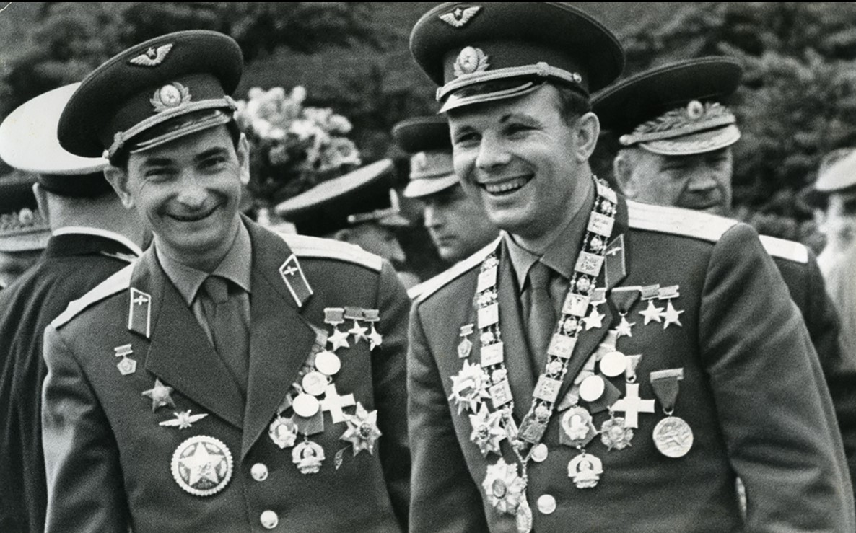 1963. Космонавты Юрий Гагарин и Валерий Быковский