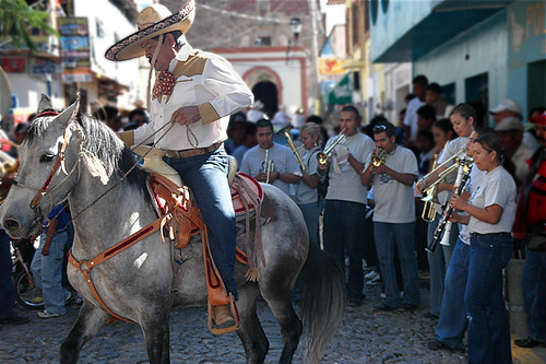 In Ajijic, on November 20 there was a parade for the Día de la Revolución where everyone rode in on their horses; the band was playing and the horses were dancing