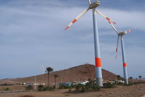 Vista de dos de los aerogeneradores del Parque Eólico Carretera de Arinaga