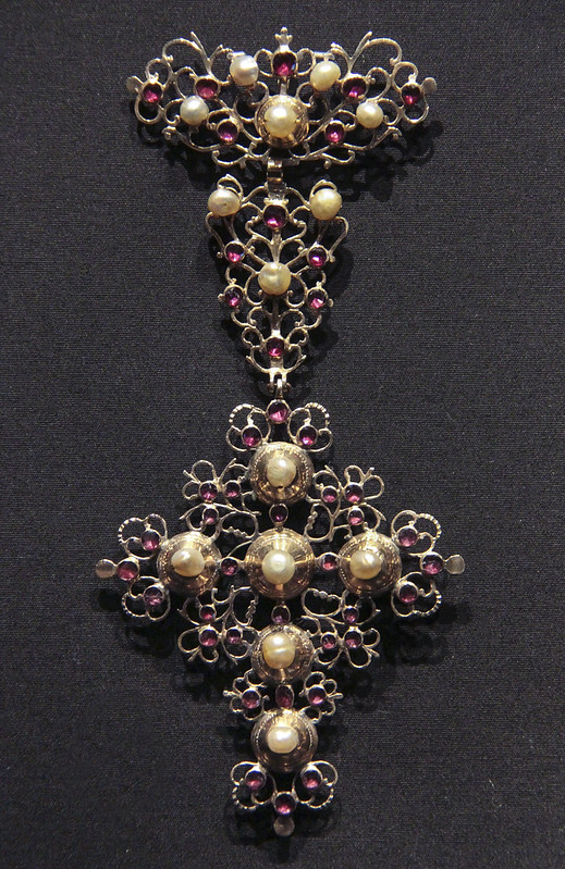 Pendant, Italy, 1800-60, gold with garnet and pearls, worn in Tuscany