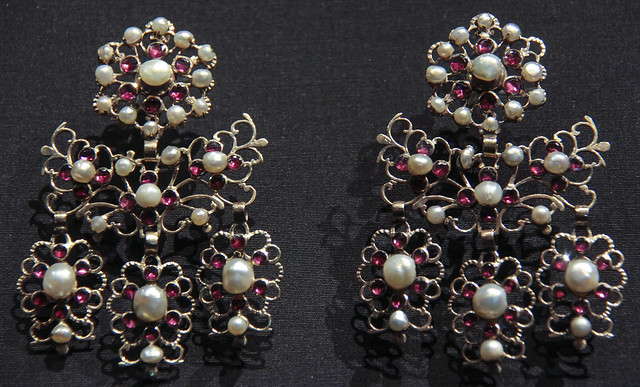 Earrings, Italy, 1820-60, gold with pearls and garnets, worn parma and Modena