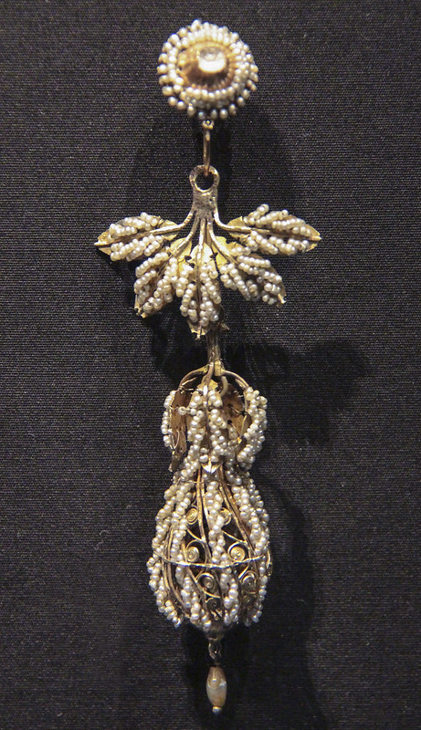 Earring, Italy, Naples, 1830-60, gold with seed pearls