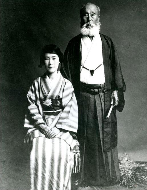 Ôe Masaji, decimoséptimo sôke de Musô Jikiden Eishin ryû, junto a su hija.